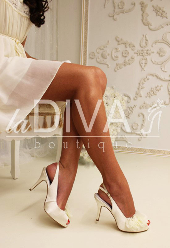 MENBUR Sling Back Pumps aus Satin mit Chiffon Applikation ivory